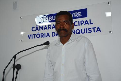 Imagem Paulinho de Inhobim comemora sinal de telefonia celular no distrito