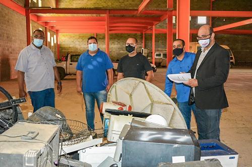 Imagem Vereadores fiscalizam  bens inservíveis da prefeitura que vão à leilão no próximo dia 28